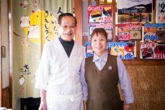写真1:新栄寿しの大将と女将を選択