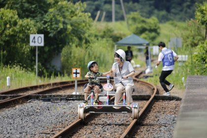 写真:レールバイクを楽しむ親子